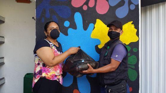 Vanwege de corona-crisis deelt Juconi voedselpakketten uit bij de gezinnen
